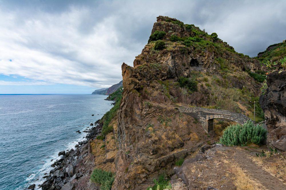 Skalnaté pobřeží jihovýchodní Madeiry