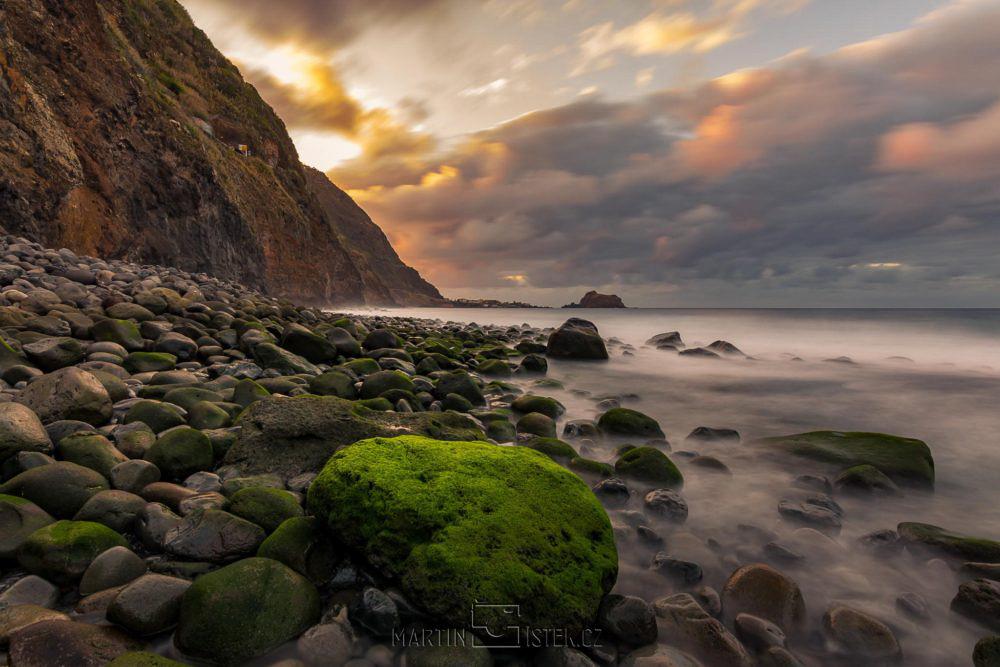 Západ slunce na severním pobřeží - v pozadí Porto Moniz