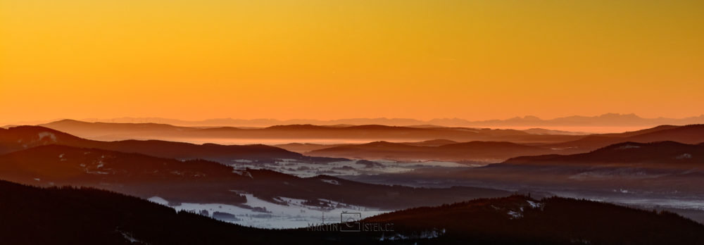 Východ slunce, rozhledna Boubín. Pohled na Alpský masiv