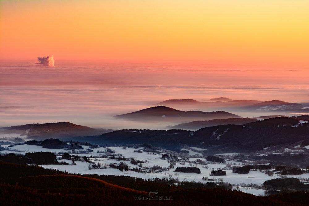 Východ slunce, rozhledna Boubín. Pohled na Temelín v mlze